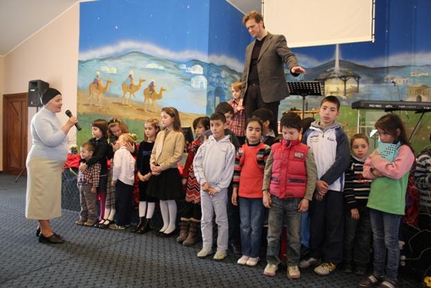 Copiii sunt bineveniți la închinare împreună cu părinții.